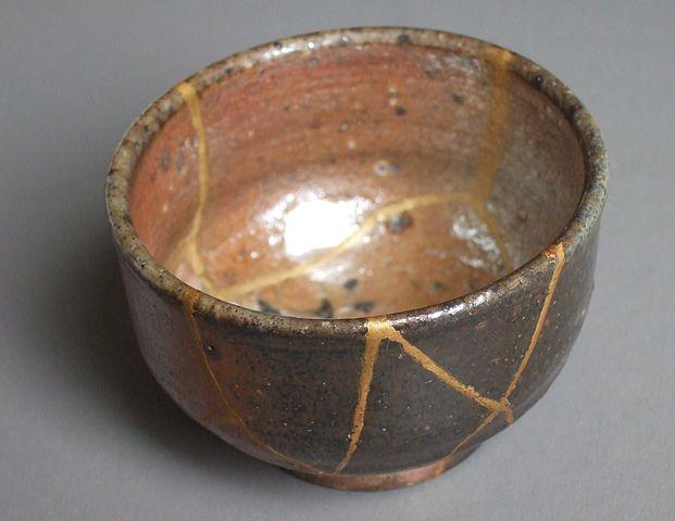Kintugi: técnica japonesa que consiste en reparar cerámica con oro y otros materiales.