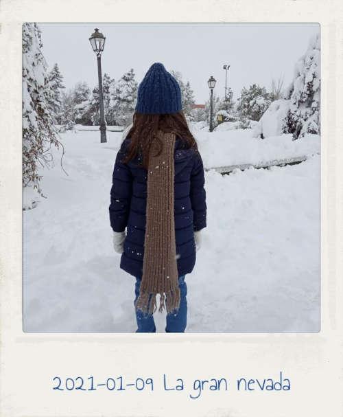 2021-01-09 La gran nevada. Niña viendo la nieve